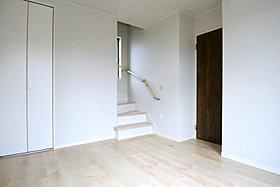 居室とグルニエへの階段