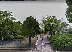 緑豊かな公園が近く人気の立地。