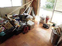 現在リフォーム中。リビング写真です。天井と壁のクロスは張替え、床はフローリングを重ね張りにします。