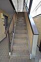 手すりの付いた昇降しやすい階段