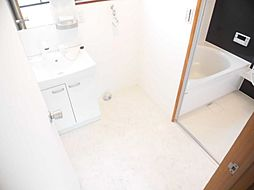 リフォーム済み。ジャニス社製600mmの洗面化粧台に交換し、天井、壁のクロスを張り替え、床はクッションフロアーに張り替えました。洗濯機用蛇口は新品に交換済みなので、新居でのお洗濯も気持ちよくできます。