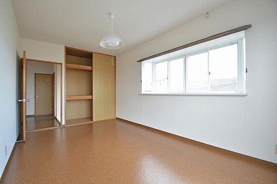アパート-いなべ市大安町石榑南 採光窓もあり、収納力の高い洋室