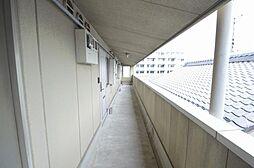 大きな荷物も安心なゆとりの幅の共用廊下