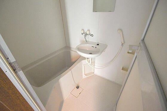 マンション(建物全部)-多治見市大畑町大洞 白を基調とした清潔感のあるバスルーム。