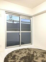 洋室1室はバルコニーに面しているから、日当たりの面だけでなく、家事動線の面でも快適です。