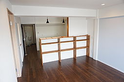 キッチンカウンター下は収納枠を造作してあるので、お好みのテイストで収納可能。
