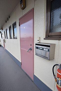 マンション(建物全部)-足立区江北2丁目 淡いピンクが目を惹く玄関ドア。
