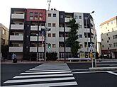 目黒通り沿いにあるマンション、学芸大学駅の商店街は買い物に便利です。