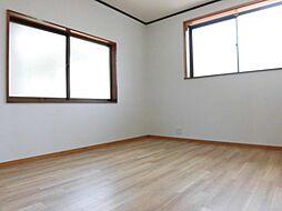 リフォーム済み。2階西側洋室です。天井、壁のクロスを張り替え、床はクッションフロアーに張り替えました。