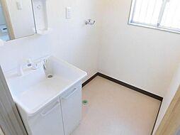 リフォーム済。洗面脱衣所写真です。洗面化粧台は新品に交換しました。天井と壁のクロスを張り替え、床はお掃除のしやすいクッションフロアで仕上げました。