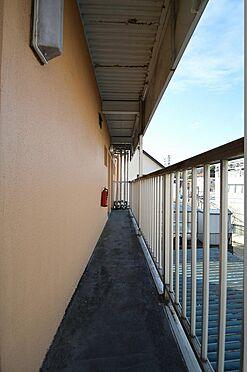 アパート-横浜市保土ケ谷区岡沢町 奥行きのある共用廊下。