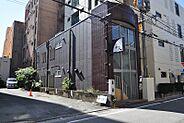 繁華街にある店舗ビルです