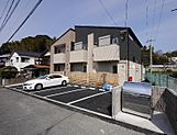 新築アパートです。駐車場スペース6台分あります。