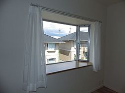 LDKには出窓がついています。お部屋の空間が広々と感じられますね。