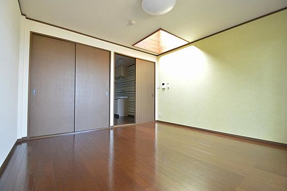 マンション(建物全部)-多治見市大畑町大洞 天井採光のある明るくオシャレな室内。