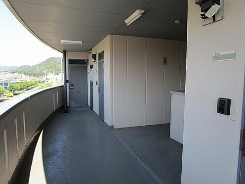 マンション(建物全部)-岐阜市日野南7丁目 ゆとりの幅の共用廊下。床、壁の状況良好。