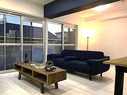南面バルコニーに繋がる掃き出し窓は陽の光を室内に取り入れ、空間を一層明るく、広く演出します。