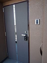 TVモニター付きインターホン付の玄関。