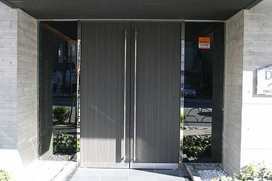 マンション(建物一部)-墨田区立川1丁目 高級感漂う綺麗な玄関扉とエントランス。