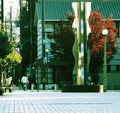 三軒寺前広場 約270m(徒歩4分)
