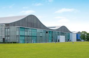 中央図書館 約2,400m(車6分)