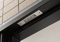 玄関ドアと住戸の窓(面格子設置・FIX窓除く)には防犯センサーを設置。セット時にドアや窓が開けられると警報音を発し、警備会社へ通報します。