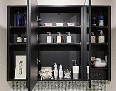鏡の裏側に洗面小物類などがすっきり整理できる収納スペース付きです。