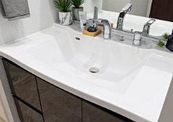 洗面化粧台のカウンターは、お手入れがしやすく、スマートなフォルムでデザイン性に優れたボウル一体型です。