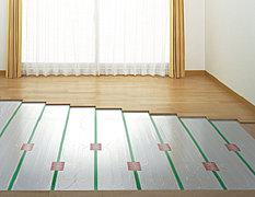 足元を中心に、居室を満遍なく暖める頭寒足熱の暖房です。床面から天井までムラなく均一に暖まります。※参考写真