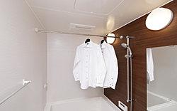 寒い日の予備暖房や換気、雨の日の洗濯に便利な浴室暖房乾燥機を標準装備しています。