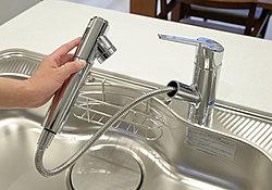 シングルレバー混合水栓は、お掃除等に便利なハンドシャワータイプです。※浄水器としてご利用いただくには、浄水カートリッジの定期購入のお申込みが必要です。