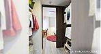 WALK-THROUGH CLOSET ※掲載の写真は、2016年6月に建物内モデルルーム704号室(Hタイプ)を撮影したものです。※家具・調度品などは販売価格に含まれません。