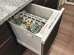 手洗いに比べ、節水でき、高温洗浄で油汚れもスッキリ。家事負担を軽減し、家族との時間が増えます。低運転音標準約36db(三菱)の低騒音設計です。