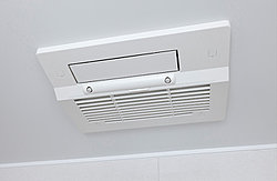 換気機能によってバスルーム内のカビの発生を抑制できるのに加え、夜間や雨の日の洗濯物の乾燥に便利な乾燥機能も装備。