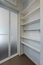 洗面室の可動棚収納。着替えや洗剤などのストックに(2号棟)