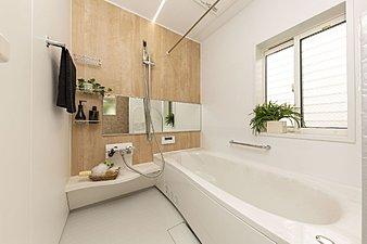 【温かいお湯ときめ細かい泡のシャワーでくつろぎの時間を】遅く帰ってきても温かいお湯でゆっくりと疲れを癒すことができる浴槽を標準装備しています。高い保温効果でお湯が冷めにくく、追い焚き回数が減らせるので年間光熱費の節約にも。また、シャワー部分は水に空気を含ませた「マイクロバブル」が肌の汚れをすっきり落とすエステケアシャワーを採用しています。雨や冬の洗濯物に重宝する浴室乾燥暖房機も標準装備です。