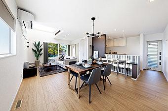 白とブラウンのコントラストがナチュラルな雰囲気の屋上のある住まい公開中!