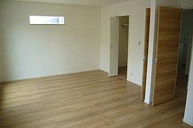2部屋続きの洋室、将来壁を付けると別々の部屋になります。