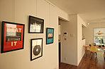 大きな壁をお気に入りのもので飾って、自分たちのオリジナル空間を作る。(3-5-15号地モデル)