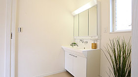 すっきりと使えるように収納も豊富な洗面化粧台。