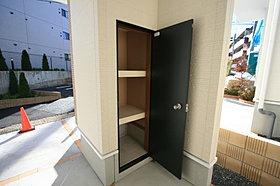 玄関の外にも収納スペースがあります。