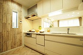 ホワイトのキッチンは明るく清潔感のある印象に。