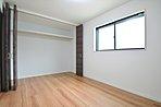 扉を全開にするとリビングと一体的になる寝室。リビングからすぐに寝室に繋がる動線はとてもスムーズです。緑が映える洗練された空間です。 /コンセプトハウス「座して暮らす家」