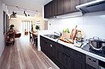 使い勝手の良い独立タイプのキッチン。(現地15号地モデルハウス、2018年1月撮影)