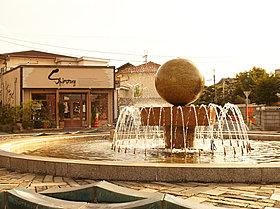現地周辺街並み(噴水)