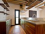 タイルやアイアン、ステンレスなどの異素材を組み合わせたました。グラスホルダーなども重宝するキッチンです。