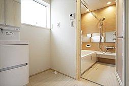 D棟:浴室暖房乾燥機つきなので暖かく快適な入浴が愉しめます。また、夜にお洗濯する方でもスッキリ乾かせます。