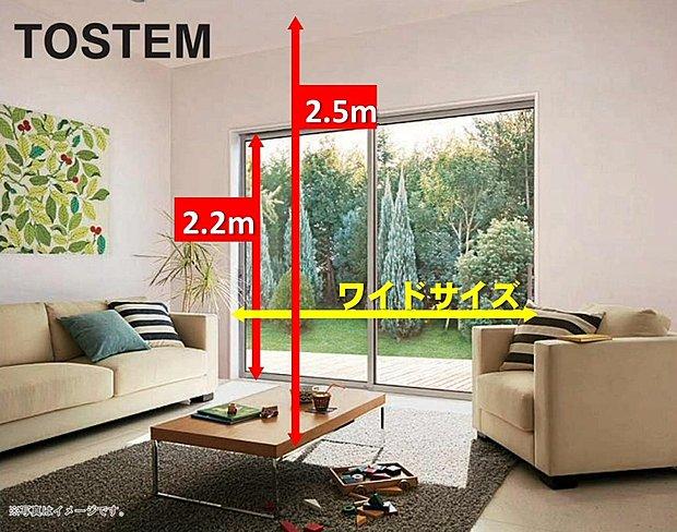 【天井高2.5M、ワイド・ハイサッシ2.2M】リビング天井高は2.5M。空間をより広く見せる効果があります。また、2.2Mの高さのワイド・ハイサッシは、より一層の開放感と心地よさを演出します。