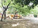 西ノ原中央公園(130m/徒歩2分) ◆園内には、まるで砦のような大きな遊具をはじめ、ジャングルジムやロング滑り台、アスレチック遊具、ブランコ、鉄棒など豊富な遊具や遊び場が揃っています。