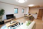 LDKは開放的なワンルーム設計。キッチンからは全てが見渡せ、家事をしながらお子様の動きを見守れます。(当社施工例)